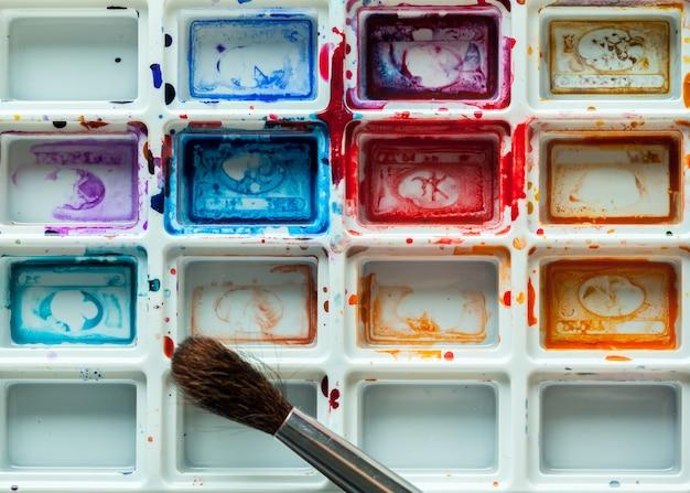 Set van aquarel verf en penselen voor het schilderen