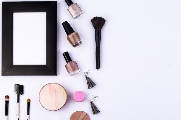 Set van beauty accessoires voor dames met frame foto op witte achtergrond uitzicht van bovenaf