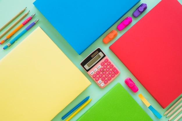 Set van boeken rekenmachine en briefpapier