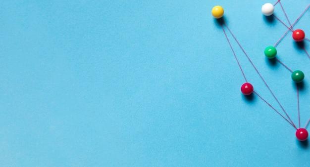 Set van briefpapier pinnen en draad blauwe achtergrond