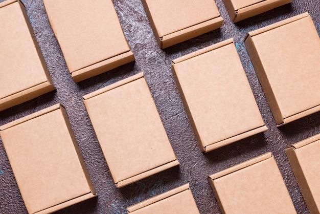 Set van bruine kartonnen dozen op donkere achtergrond