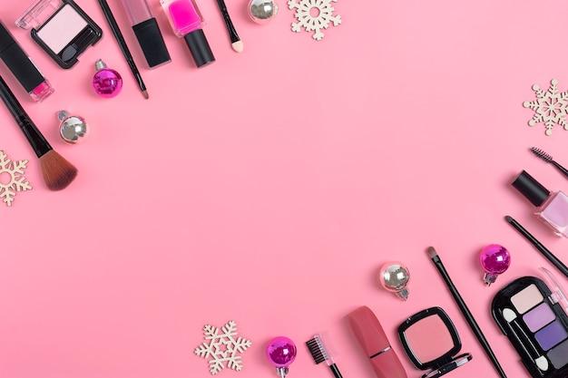 Set van cosmetica en accessoires - lippenstift, oogschaduw, nagellak, penseel, blozen