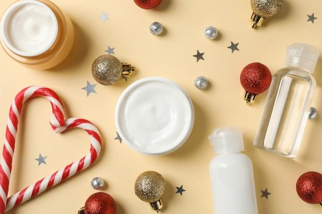 Set van cosmetica, pot winter crème voor huid op geel, close-up. bovenaanzicht