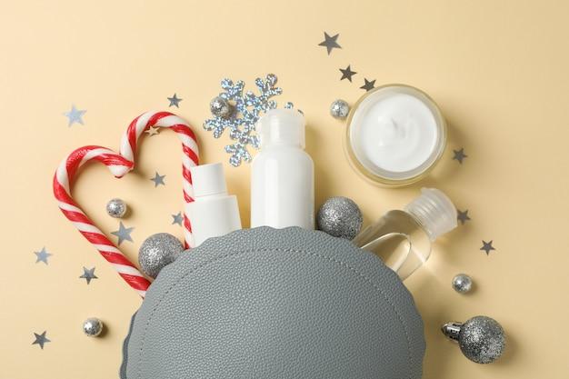 Set van cosmetica, pot wintercrème voor huid op geel, ruimte voor tekst. bovenaanzicht