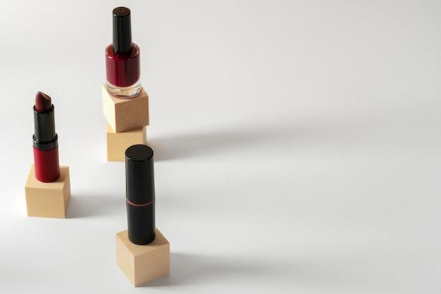 Set van cosmetica. twee lippenstiften en nagellak