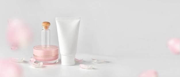 Set van cosmetische producten op een gekleurde achtergrond.