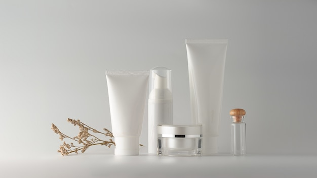 Set van cosmetische producten op witte achtergrond.