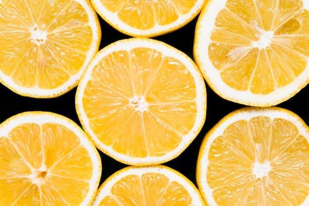 Set van de helft van sappige exotische sinaasappelen op zwarte achtergrond