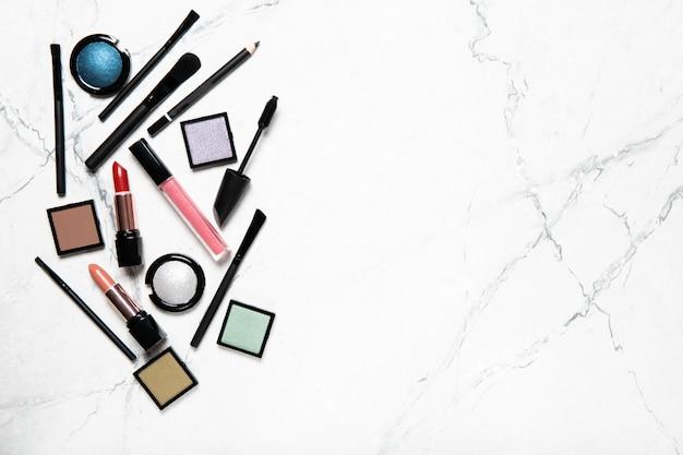 Set van decoratieve cosmetica. bovenaanzicht, plaats voor tekst.
