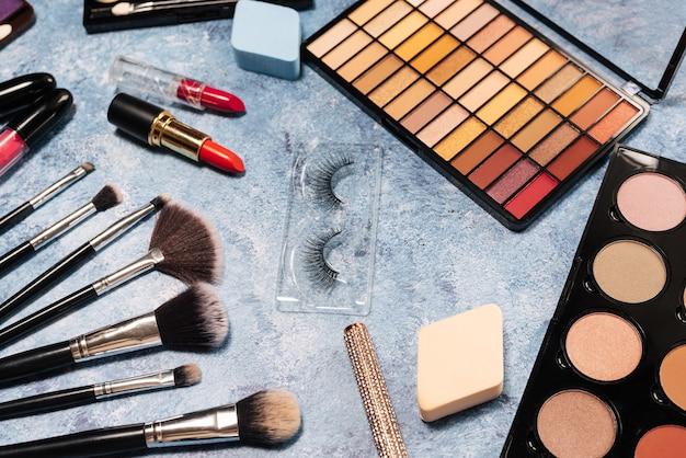 Set van decoratieve cosmetica, make-up kwasten valse wimpers. het uitzicht vanaf de top