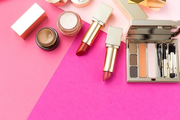 Set van decoratieve cosmetica op een roze. schoonheidsproducten