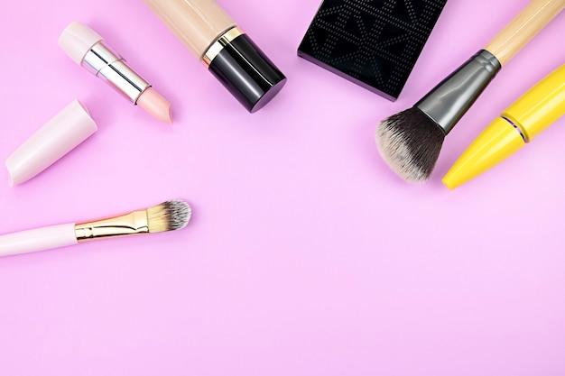 Set van decoratieve cosmetica op een roze.