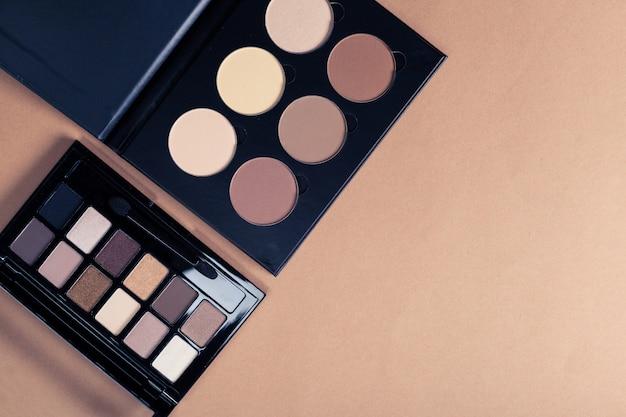 Set van decoratieve cosmetica op lichte kleur achtergrond