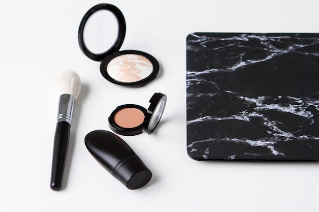 Set van decoratieve cosmetica over wit oppervlak