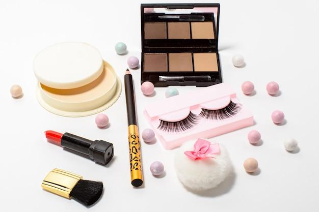 Set van decoratieve cosmetica valse wimpers, poeder, lippenstift, oogschaduw