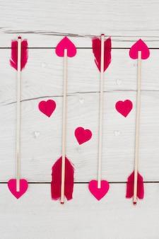 Set van decoratieve veren op toverstokken met kleine harten