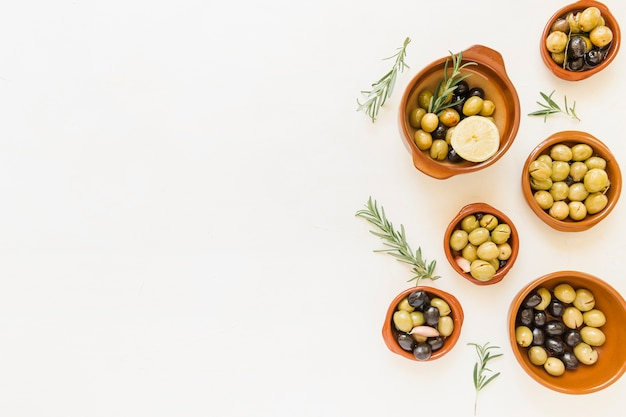 Set van diepe borden met olijven