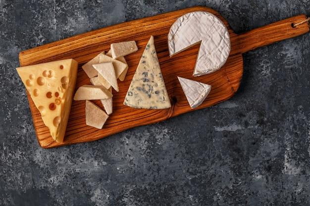 Set van diverse kazen geserveerd op een houten bord