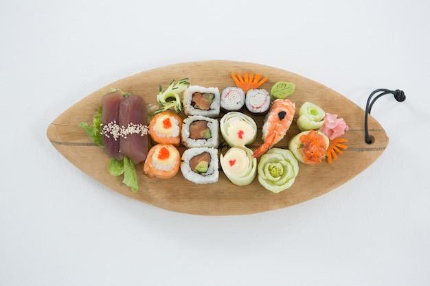 Set van diverse sushi geserveerd op houten dienblad