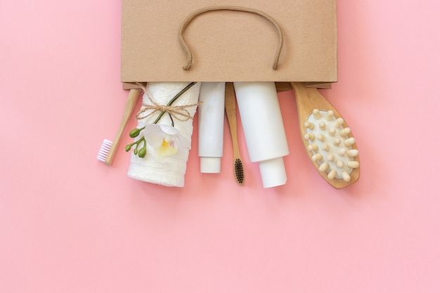 Set van eco-cosmetica producten en gereedschappen voor douche of bad