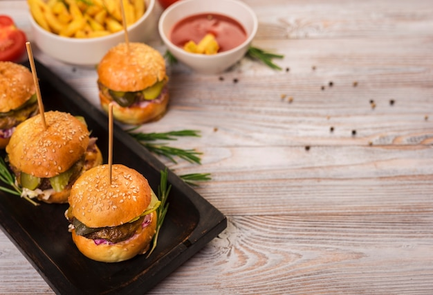 Set van fastfood snacks met tomatensaus