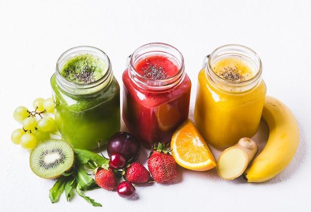 Set van fruit en bessen smoothies op een witte achtergrond