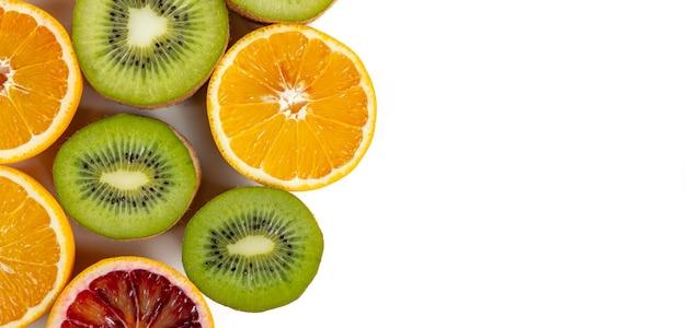 Set van fruit met vitamine c, kiwi, lelon, rood oranje, geel oranje in een gesneden isolaat op wit