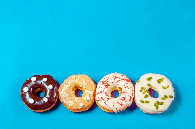 Set van geassorteerde donuts met blauw glazuur, hagelslag, amandelkruimels, chocolade en marshmallows