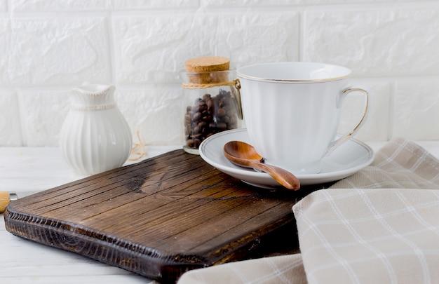 Set van gebruiksvoorwerpen voor koffie, een beker, een melkboer en een blikje koffiebonen