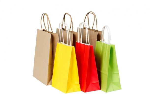 Set van gekleurde en bruine papieren boodschappentassen geïsoleerd
