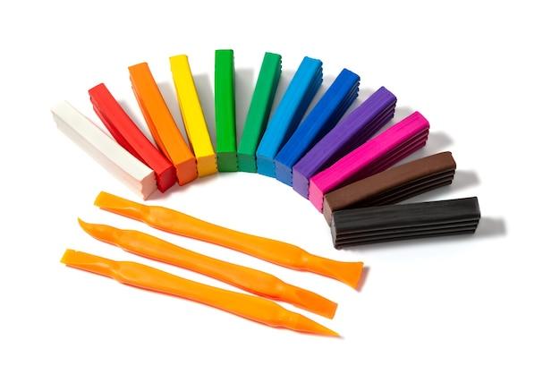 Set van gekleurde plasticine voor kinderen thuis creativiteit close-up, bovenaanzicht, isoleren witte achtergrond.