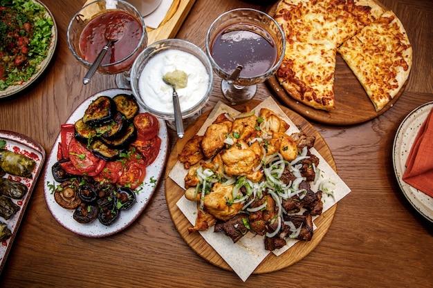 Set van georgisch eten als spiesjes van kip en varkensvlees