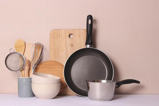 Set van gerechten close-up op een gekleurde achtergrond keukenapparatuur