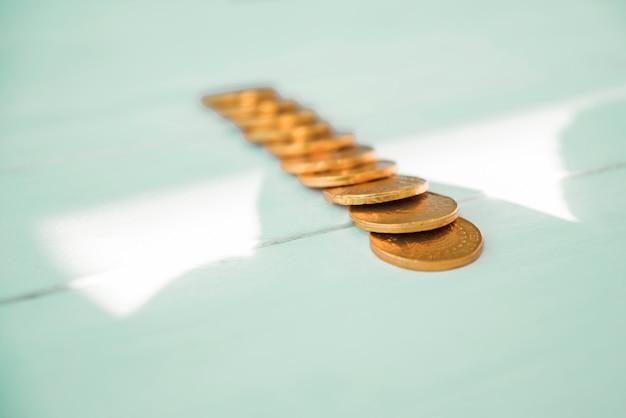 Set van gouden munten aan boord en zonneschijn
