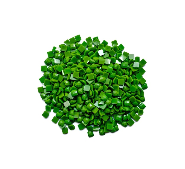 Set van groene diamanten voor diamant borduurwerk geïsoleerd op een witte achtergrond. hobby's en doe-het-zelf, materialen voor het maken van diamantborduurwerk.