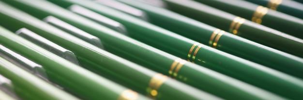 Set van groene houten potloden in verschillende tinten close-up