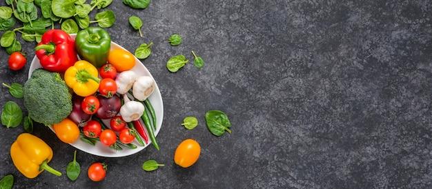 Set van groenten op een grijze achtergrond met copyspace.