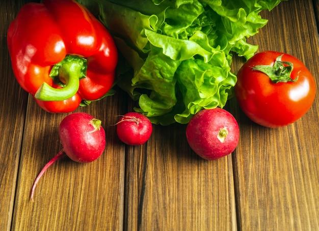 Set van groenten voor salade dieet. salade koken in de keuken van het restaurant. gratis advertentieruimte.
