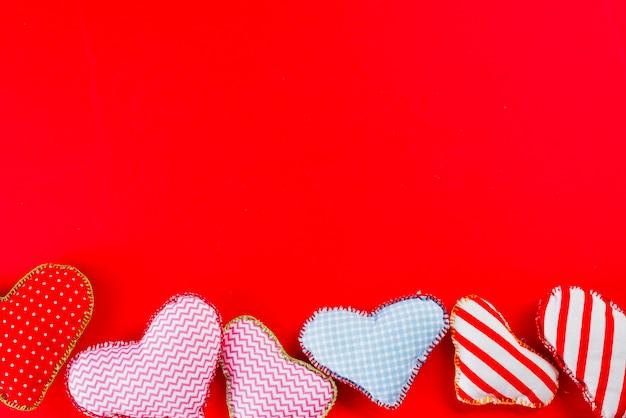 Set van handgemaakte harten op rood