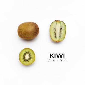 Set van hele en gesneden verse kiwi en plakjes geïsoleerd op wit oppervlak van bovenaanzicht