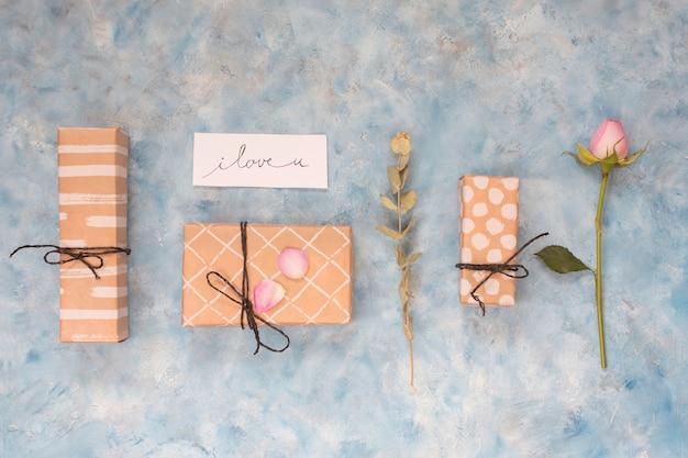 Set van huidige vakken in de buurt van tag met titel en bloem