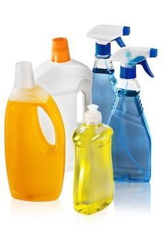 Set van huis schoonmaak producten flessen geïsoleerd op een witte achtergrond