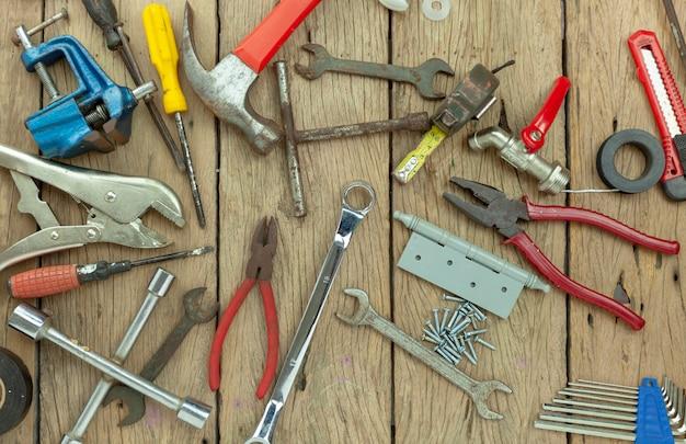 Set van hulpmiddelen op houten achtergrond concept vader dag en arbeid dag achtergrond
