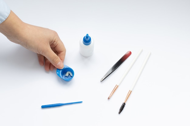 Set van hulpmiddelen voor wenkbrauw verven en correctie, meesters handen