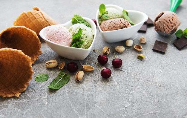Set van ijs scoops van verschillende kleuren en smaken
