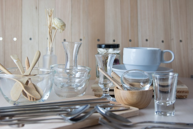 Set van keuken ware op tafel, keukengerei.