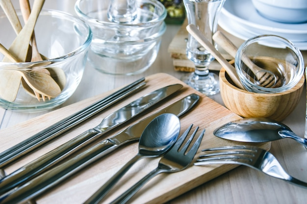 Set van keuken ware op tafel, keukengerei