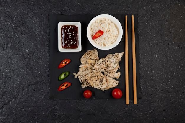 Set van kip met kruiden en rijst. voedsellevering.