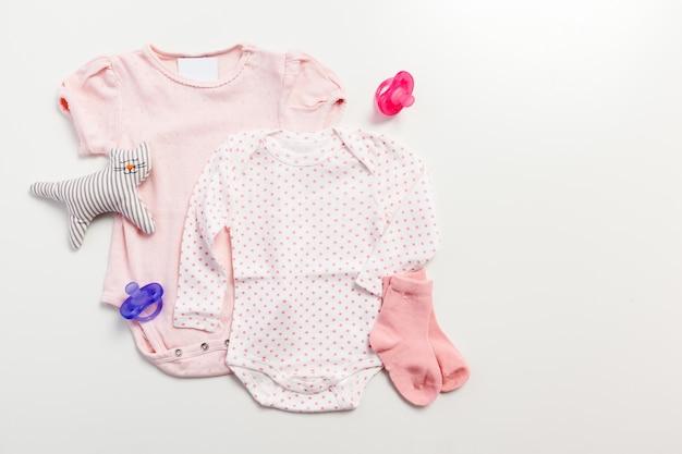 Set van kleding en items voor een baby