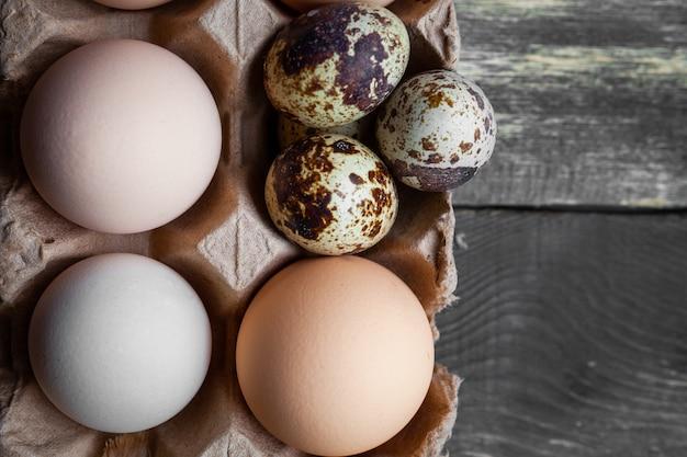 Set van kleintjes en eieren op een donkere houten achtergrond. detailopname